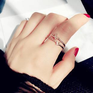 La moda de llevar muchos anillos en las manos