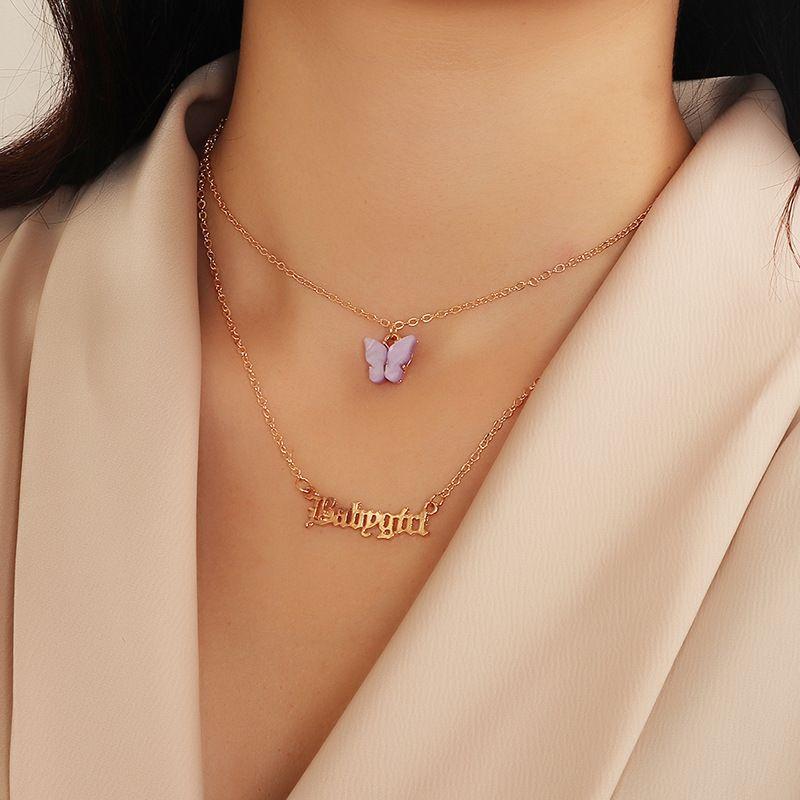 una mujer usa collar con nombre de mariposa