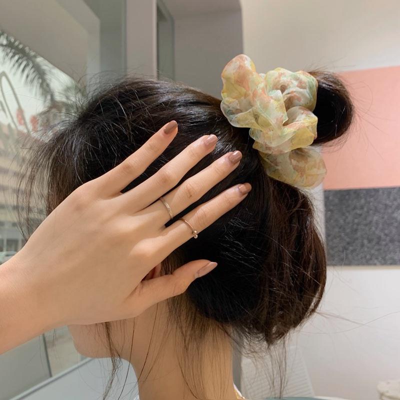 chica vistiendo un scrunchie de pelo de gasa