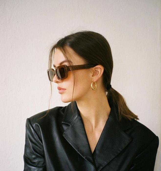mujer vistiendo pequeños aros