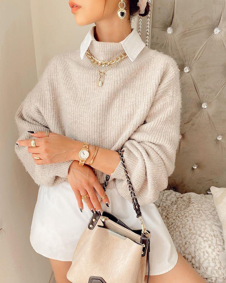 mujeres con collar de cadena y otros accesorios