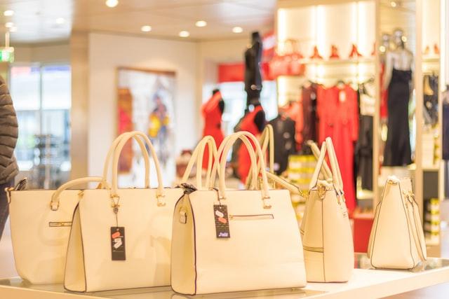bolsos de mujer en la tienda
