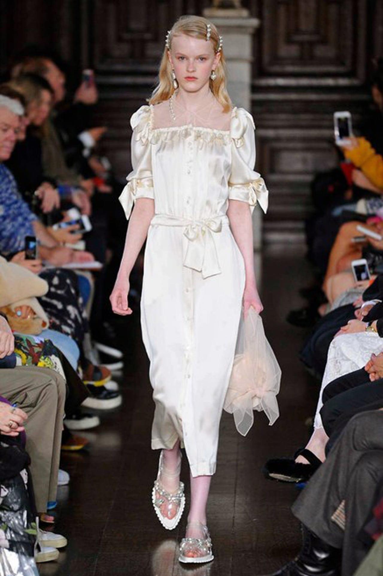 Pearl hair clips in Fall 2018 Fashion Show